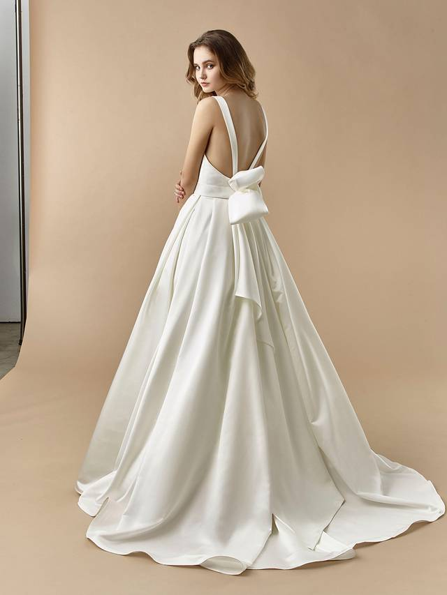 Code: Enzoani Beautiful BT20-23 A classic, gorgeous style for the chic and modern bride. Taking a minimalist approach, this ball gown features a plunging sweetheart neckline and a cinching band around the waist. A statement bow is added to the back of the gown to add an element of playfulness.Colour Options: Ivory